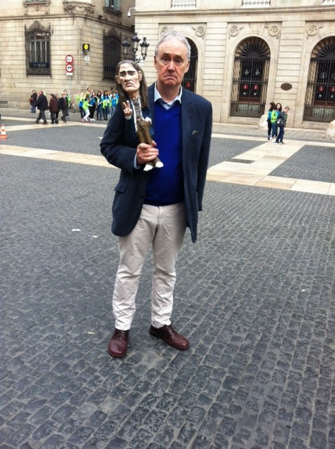 Nigel Planer holding a Neil puppet in the main square of Barcelona